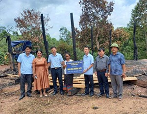 Mặt trận tỉnh Quảng Bình hỗ trợ 40 triệu đồng cho gia đình người Khùa bị cháy nhà