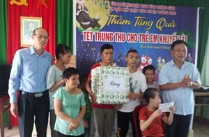 Mặt trận tỉnh Quảng Bình thăm, tặng quà Tết Trung thu cho trẻ khuyết tật