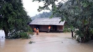 Quảng Bình ngập trắng xóa, 13.000 ngôi nhà bị nhấn chìm