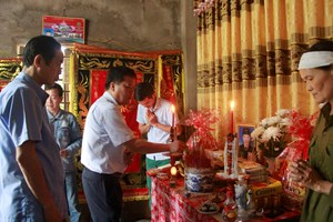 Chủ tịch tỉnh Quảng Bình thăm hỏi gia đình cán bộ Mặt trận qua đời khi giúp dân chống lũ
