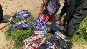 An Giang: Giả dạng người gánh cỏ để vận chuyển 2.000 bao thuốc lá lậu