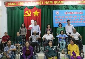 Cần Thơ: Trao 100 chiếc xe lăn cho bệnh nhân nghèo, khuyết tật