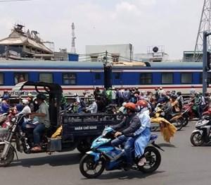 TP HCM: Nói chuyện điện thoại gần đường ray xe lửa, người phụ nữ bị cán đứt lìa 2 chân, tử vong