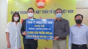 Ban Công tác phía Nam UBTƯ MTTQ Việt Nam tiếp nhận 10.000 áo AIRism cho tuyến đầu chống dịch