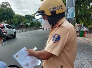 Nhóm người đi ô tô sử dụng giấy đi đường giả nhà báo để thông chốt