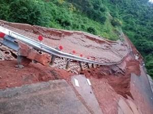 Đắk Nông: Mưa lớn kéo dài gây sạt lở đường nghiêm trọng