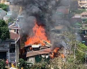 'Bà hỏa' thiêu rụi 3 phòng trọ và 1 xưởng gỗ ở Lâm Đồng