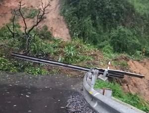Giao thông trên Quốc lộ 26 bị tê liệt do sạt lở núi