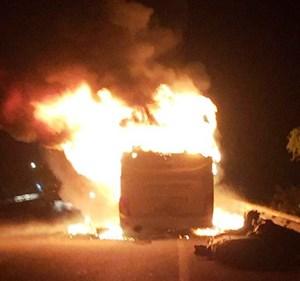 Đang lưu thông, xe khách chở 10 người bốc cháy lúc nửa đêm