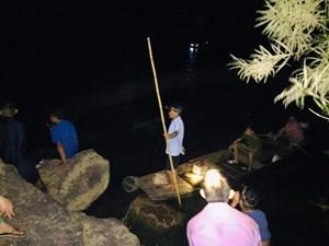 Xuyên đêm tìm hai cháu bé mất tích trên sông