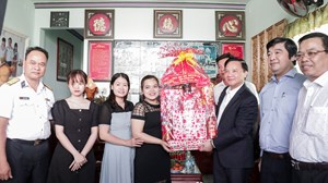 Khánh Hòa: Chúc Tết gia đình cán bộ, chiến sĩ công tác tại Trường Sa
