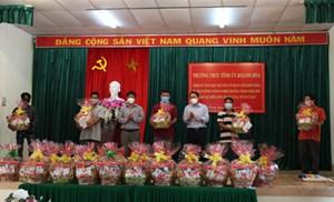 Khánh Hòa: Tặng quà cho các hộ ngư dân có hoàn cảnh khó khăn do đại dịch Covid-19