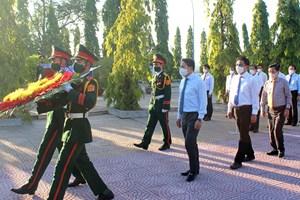 Lãnh đạo tỉnh Khánh Hòa viếng Nghĩa trang Liệt sĩ Hòn Dung