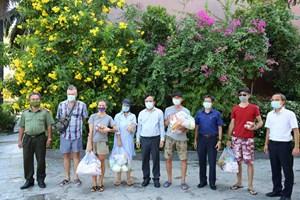 Khánh Hòa: Tặng quà cho công dân Nga gặp khó khăn do dịch Covid-19