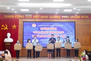Hà Nội: Thêm 85 học sinh được tặng thiết bị học trực tuyến