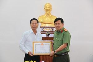 An Giang: Giám đốc Công an tỉnh nhận Bằng khen của Bộ trưởng Bộ y tế
