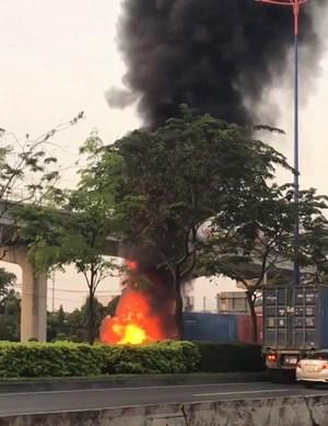 Xe container cháy rụi trên xa lộ Hà Nội