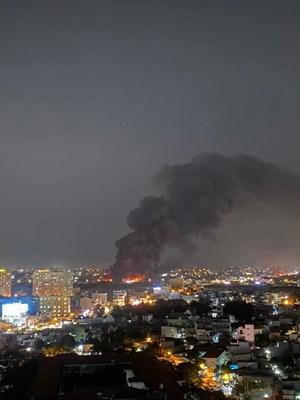 TP HCM: Cháy kho chứa vải rộng ngàn mét vuông