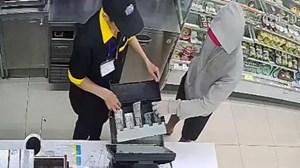 Dùng dao uy hiếp, cướp cửa hàng tiện lợi