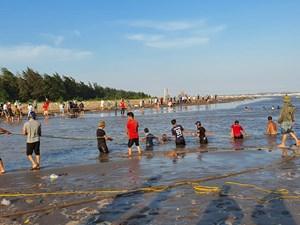 [ẢNH] Nam Định: Dân giăng lưới tìm kiếm con em dưới lòng biển sâu