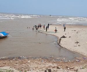 Nam Định: Đã xác định được danh tính 3 nữ sinh bị sóng biển cuốn mất tích