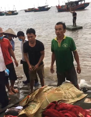 Nam Định: Tìm được thi thể 2 trong số 3 nữ sinh bị sóng biển cuốn trôi