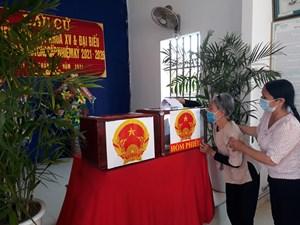 Nam Định: Xúc động hình ảnh cụ già, nhà tu hành, người trẻ đi bầu cử