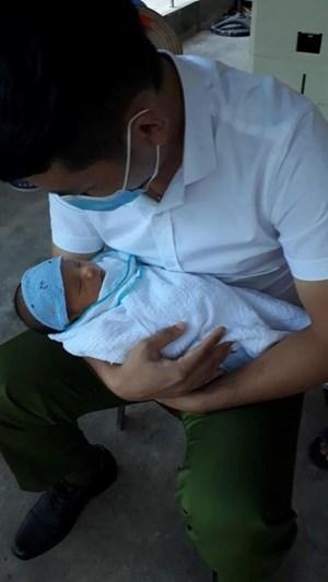 Thái Bình: Bé sơ sinh bị bỏ rơi gần KCN cùng lời nhắn 'xin lỗi con'