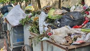 [ẢNH] TP Thái Bình: Dân chặn xe thu gom, rác thải tràn ngập phố phường