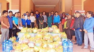 Tặng 2.500 thẻ BHYT cho người dân vùng lũ