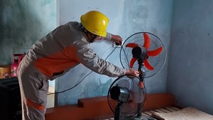 Công ty Điện lực Hà Tĩnh cử CBCNV đến từng nhà khuyến cáo an toàn điện sau mưa lũ