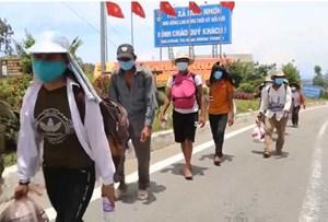 Người dân đi bộ xuyên đêm từ Bình Định về quê tránh dịch