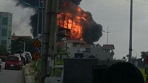 Huy động tối đa xe cứu hoả chuyên dụng chữa cháy kho hàng Đức Giang
