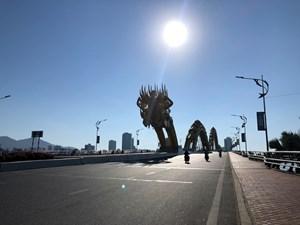 Đà Nẵng ngày đầu giãn cách xã hội: Bãi biển không bóng người, đường phố vắng tanh