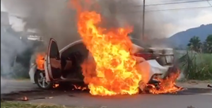 [VIDEO] – Xe ô tô bất ngờ bốc cháy ngùn ngụt, tài xế lao vào 'cứu' giấy tờ