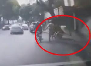 [VIDEO] Nam thanh niên dắt xe máy cuống cuồng chạy CSGT giữa đường phố Hà Nội