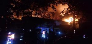 [VIDEO] Xưởng vải ở Hóc Môn đang cháy lớn, lan sang nhà dân, công ty lân cận