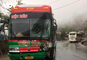 Liên tiếp xảy ra 2 vụ tai nạn trên Quốc lộ 6 do mưa lớn, đường trơn trượt