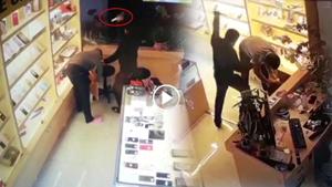 [VIDEO] Chủ cửa hàng điện thoại bị tên cướp đâm trọng thương