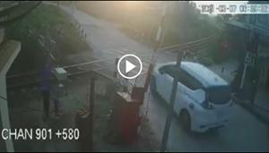 [VIDEO]: Khoảnh khắc ôtô bị tàu hỏa húc văng hàng chục mét, gia đình 3 người thương vong