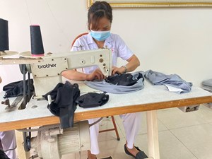 [VIDEO] Xưởng may 'dã chiến' áo làm mát chống sốc nhiệt