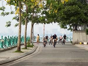 Người dân tấp nập đạp xe quanh hồ Tây khi một số hoạt động được 'nới lỏng'