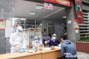 [ẢNH] Lấy mẫu xét nghiệm người liên quan 5 ca mắc Covid-19 tại quận Hai Bà Trưng, Hà Nội