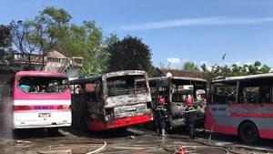 [CLIP]6 xe khách cháy rụi trong bãi đỗ ở Thanh Hóa