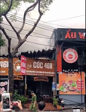 Cháy lớn tại quán lẩu Wang phố Dịch Vọng Hậu