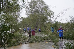 Bão Vamco vào miền Trung, mưa lớn, gió giật mạnh, nhiều ngôi nhà tốc mái