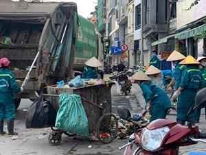 Phường Yên Phụ ngập rác thải: Công nhân tố công ty môi trường chậm trả lương?