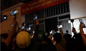 Đám đông livestream và sự vô cảm trong đám tang nghệ sĩ Chí Tài