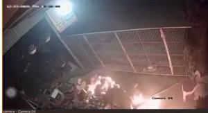 [VIDEO CLIP]: Kinh hoàng cảnh đổ xăng đốt nhà hàng xóm ở Hưng Yên