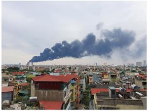 [VIDEO]: Cháy lớn dưới chân cầu Thanh Trì, khói đen bào trùm bầu trời